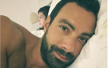 Ο Σάκης Τανιμανίδης στο κρεβάτι με τη Χριστίνα Μπόμπα