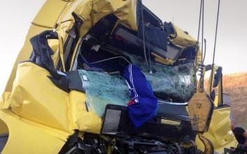 Φορτηγό έγινε άμορφη μάζα σιδερικών μετά από φονική σύγκρουση