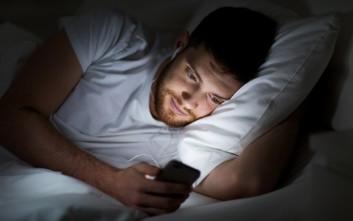 Η χρήση κινητού στο κρεβάτι μάς επηρεάζει με τρόπους που δεν φανταζόμαστε