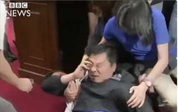 Σε ρινγκ μετατράπηκε και πάλι το Κοινοβούλιο της Ταϊβάν