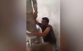 Ιρακινοί στρατιώτες πετούν τζιχαντιστές στο κενό και τους γαζώνουν με τα όπλα τους