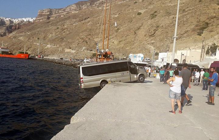 Μικρό λεωφορείο αιωρείται στο λιμάνι της Σαντορίνης