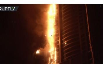 Βίντεο από τον ουρανοξύστη «πυρσό» του Ντουμπάι που τυλίχθηκε στις φλόγες