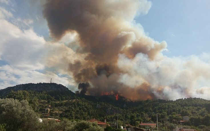 Η πύρινη λαίλαπα καίει σπίτια στον Κάλαμο
