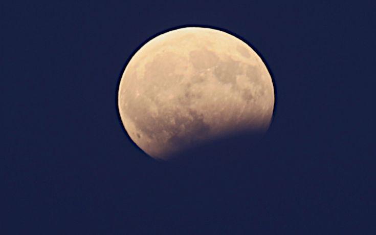 Η εντυπωσιακή πανσέληνος και η μερική έκλειψη Σελήνης μέσα από τον φωτογραφικό φακό
