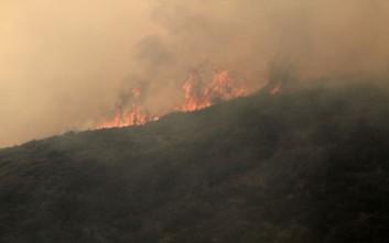 Σε εξέλιξη οι φωτιές σε Στύλια Κορίνθιας και Λύρα Μονεμβασιάς