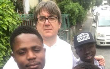 Καθολικός ιερέας που βοηθά μετανάστες τα «έβαλε» με ακροδεξιούς και κέρδισε