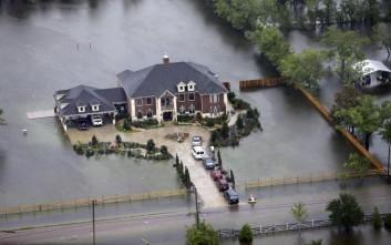 Τέσσερις οι νεκροί του τυφώνα Χάρβεϊ, πνίγηκε αστυνομικός στο Τέξας