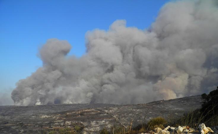 Βελτιώνεται η εικόνα της φωτιάς που μαίνεται στα Κύθηρα