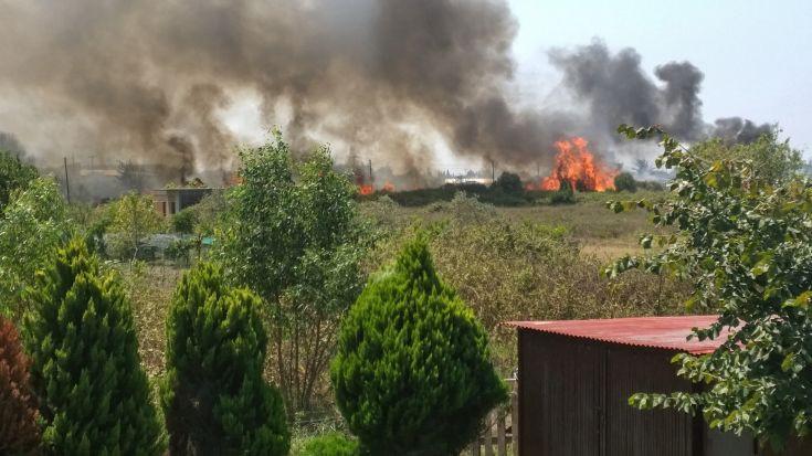 Κάηκαν σπίτια και θερμοκήπια από τη φωτιά στην Πρέβεζα