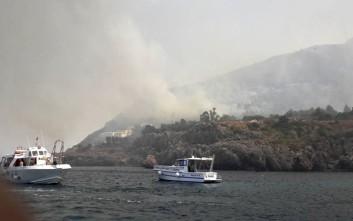 Πυρκαγιά στο λιμάνι της Ανκόνα - Ζητήθηκε από τους κατοίκους να μην ανοίγουν παράθυρα