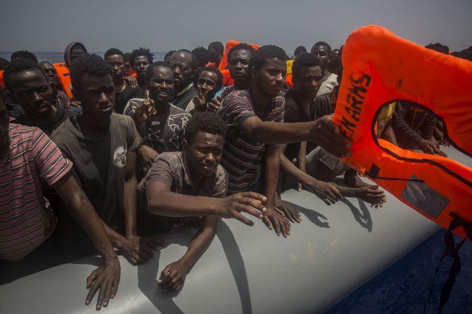 Φουσκωτή λέμβος με μετανάστες βγήκε ξαφνικά σε παραλία με παραθεριστές
