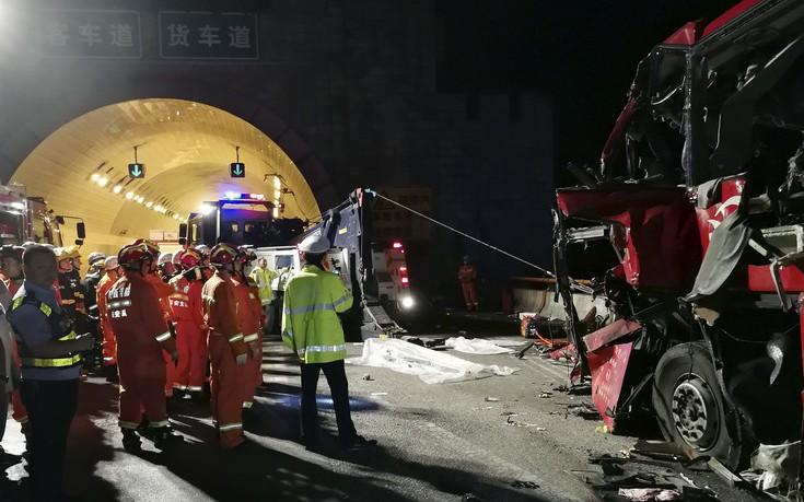 Εικόνες από το πολύνεκρο τροχαίο με λεωφορείο στην Κίνα