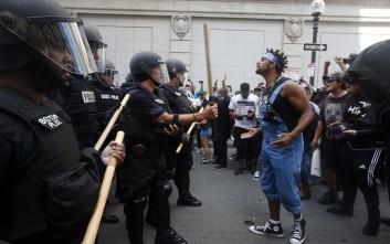 Συγκρούσεις μεταξύ αστυνομικών και αντιρατσιστών διαδηλωτών στη Βοστόνη