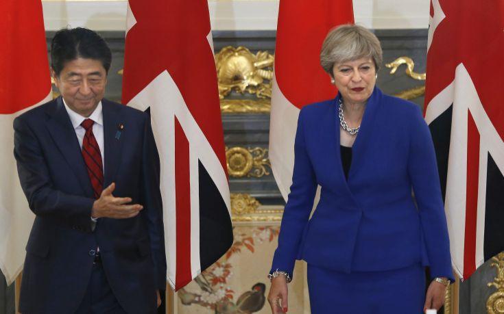 Συμφωνία Μέι και Άμπε για κυρώσεις στη Βόρεια Κορέα