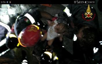 Η στιγμή του απεγκλωβισμού ενός μωρού από τα συντρίμμια στην Ιταλία