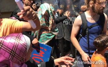 Σπρωξίματα και λιποθυμίες μεταξύ Σύρων και αστυνομικών