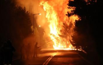Ανεξέλεγκτη η πυρκαγιά, έκοψε στα δύο τον δρόμο Καπανδριτίου - Καλάμου