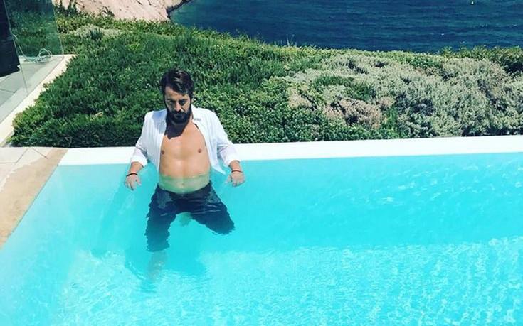 Ο Ντάνος ποζάρει στην πισίνα και ξετρελαίνει τους θαυμαστές του