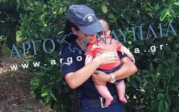Αστυνομικός στο Ναύπλιο ηρεμεί μωρό έπειτα από τροχαίο