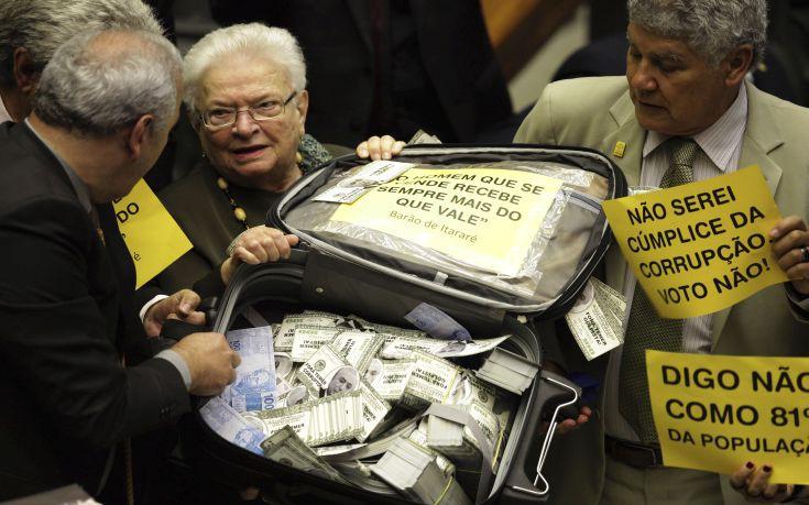 Χάος με πλαστά χαρτονομίσματα και φουσκωτές κούκλες στο Κογκρέσο της Βραζιλίας