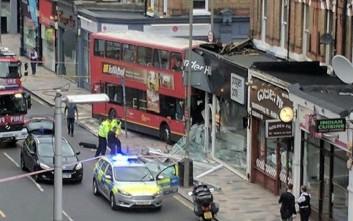 Εικόνες από το διώροφο λεωφορείο που «εισέβαλε» σε κατάστημα στο Λονδίνο