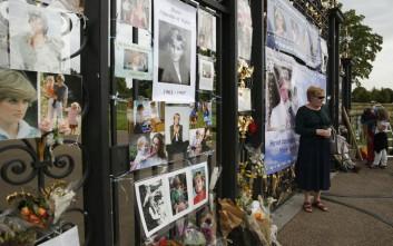 Είκοσι χρόνια από το θάνατο της Νταϊάνα, οι Βρετανοί αφήνουν λουλούδια στο παλάτι