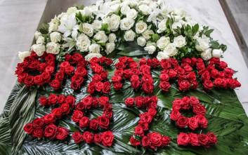 Μήνυμα αγάπης με ένα ιδιαίτερο στεφάνι από τη Ζωζώ Σαπουντζάκη στη Ζωή Λάσκαρη