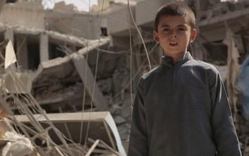 Δεκάχρονος μαχητής του ISIS οπλοφορεί και απειλεί Τραμπ και ΗΠΑ
