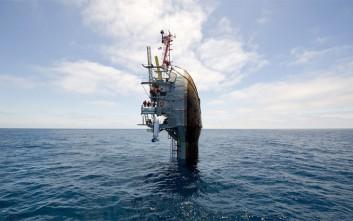 Το πλοίο που μπορεί να γύρει σε κατακόρυφη θέση χωρίς να βουλιάξει!