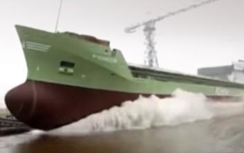 Η στιγμή που μεγάλα πλοία μπαίνουν για πρώτη φορά στο νερό