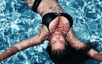 Η σέξι φωτογραφία της Μαρίας Κορινθίου στην πισίνα