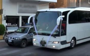 Γαμπρός πήγε στην εκκλησία με 19 λεωφορεία