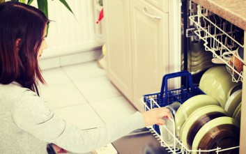 Το άδειασμα του πλυντηρίου πιάτων είχε μία «kinky» ανακάλυψη που τη σόκαρε