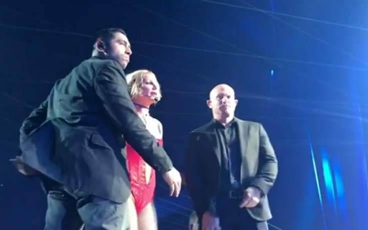 Πανικός σε συναυλία της Britney Spears από άνδρα που ανέβηκε στη σκηνή
