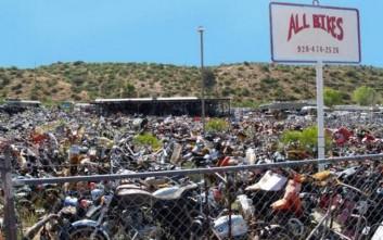 Φωτογραφίες από ένα νεκροταφείο μοτοσυκλέτας