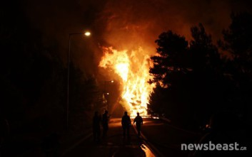 Οι υπεράνθρωπες προσπάθειες των πυροσβεστών στα μέτωπα της φωτιάς