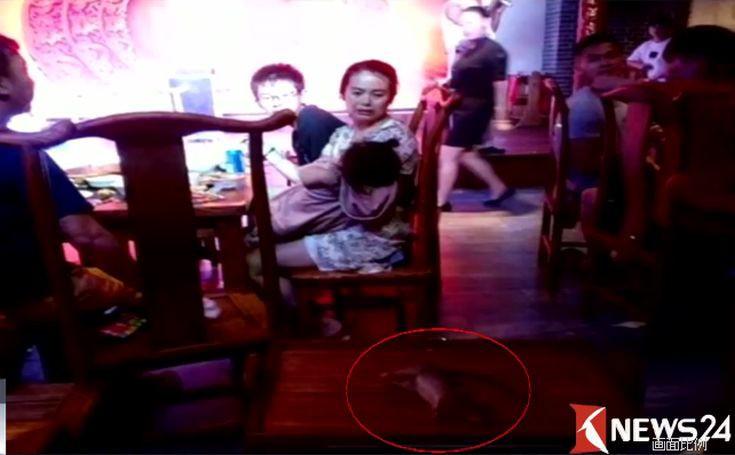 Έτρωγαν σε εστιατόριο όταν κάτι αηδιαστικό έπεσε από το ταβάνι