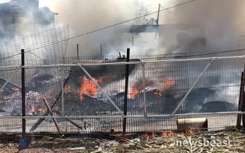 Φωτογραφίες από τη μεγάλη φωτιά στο Ρέντη, κάηκαν λάστιχα και παλέτες