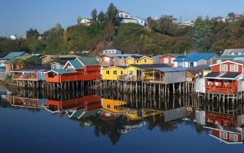 Σε αυτό το νησάκι της Χιλής οι κάτοικοι μεταφέρουν μόνοι τους τα σπίτια τους!