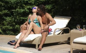 Αγκαλιές και φιλιά στην πισίνα
