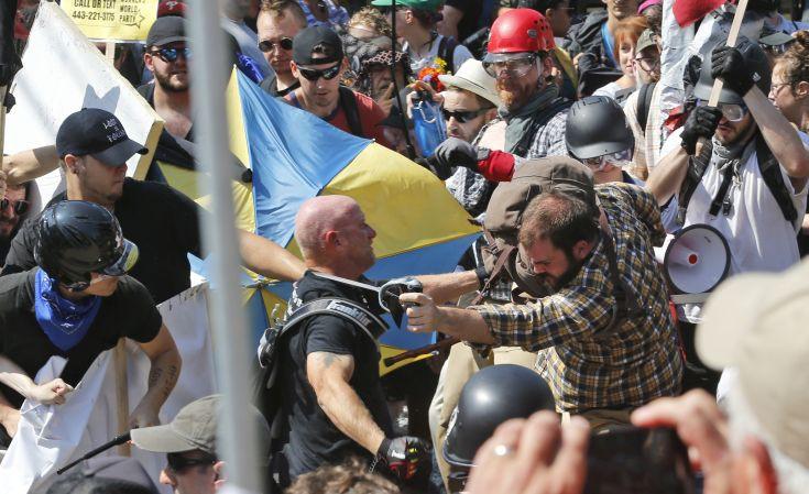 Βίαιες συγκρούσεις ακροδεξιών με αντιφασίστες στη Βιρτζίνια