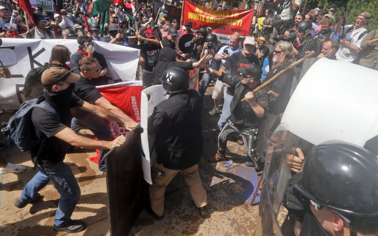 Όχημα έπεσε πάνω σε διαδηλωτές στο Σάρλοτσβιλ στη Βιρτζίνια