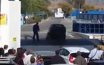 Οδηγός νόμισε πως το πλοίο έχει φτάσει στο λιμάνι κι έπεσε με το αυτοκίνητο στη θάλασσα