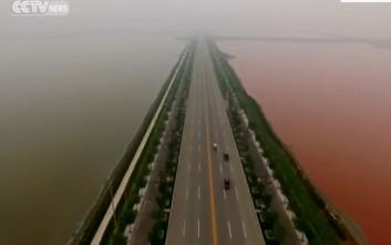 Η δίχρωμη «Νεκρά Θάλασσα» της Κίνας που καθηλώνει