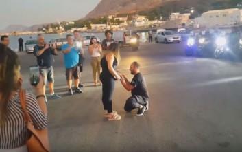 Πρόταση γάμου με πολλά ντεσιμπέλ, ξεσήκωσε το λιμάνι των Χανίων
