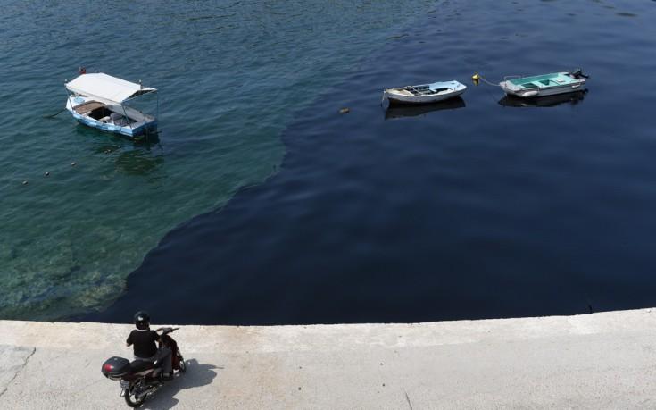 Μαύρισε η θάλασσα στη Σαλαμίνα από τη βύθιση δεξαμενόπλοιου