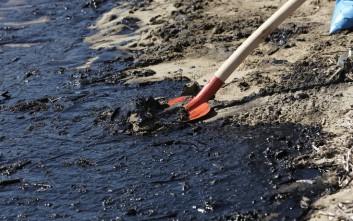 Μόλις 300 μέτρα από τη Βούλα η πετρελαιοκηλίδα που μαύρισε τις ακτές της Αττικής
