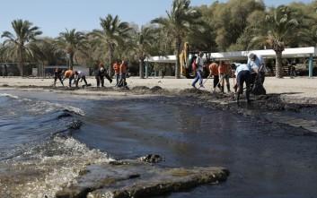 Ανεξέλεγκτη η πετρελαιοκηλίδα μολύνει τον Σαρωνικό