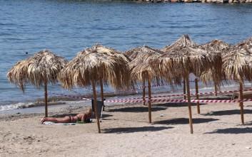 Ο δήμος Κασσάνδρας απομακρύνει ομπρέλες από τις παραλίες